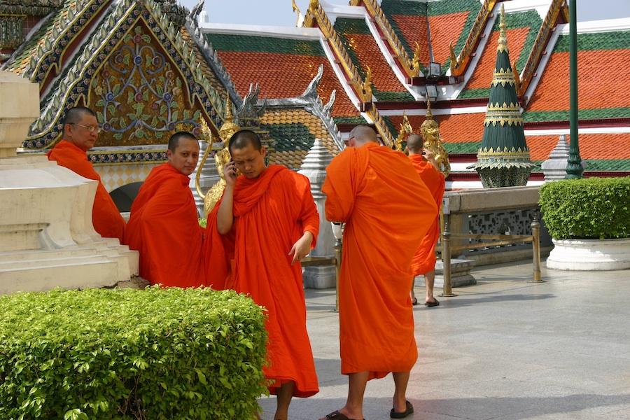 Keine Ahnung wie bzw. wo genau der Mönch sein Mobil-Telefon verstaute, es verschwand irghdewo unter der orangefarbenden Kutte