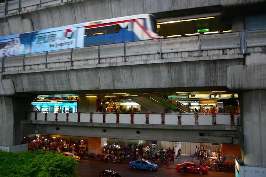 Skytrain-TrainTrasse am MBK Einkaufszentrum , nicht schön aber praktisch.
