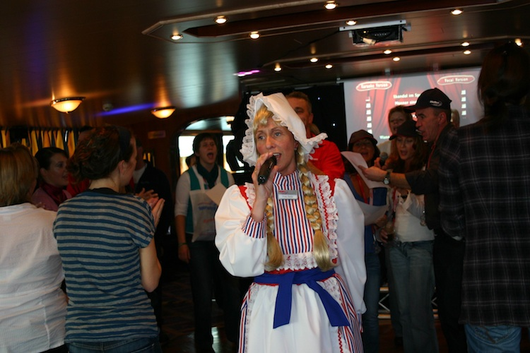 Frau Antje beim Karaoke auf der MPS Statendam, Foto: Robert Niedermeier