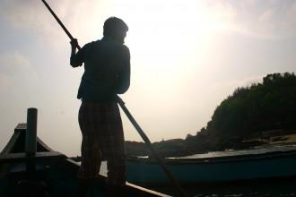 die Bootsfahrt über krachende Wellen, vorbei an den Om- und Paradise-Beach zum Fischerhafen Tadadi