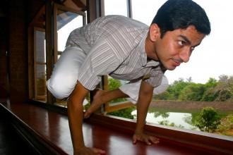 Yoga-Übung: Dr. Vinod Nair hällt Balance