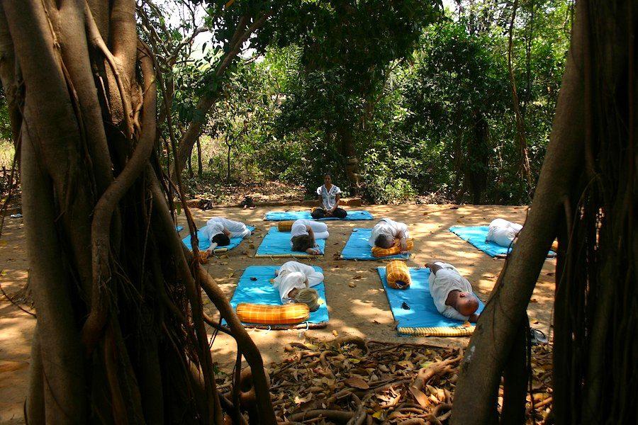 Mittags-Meditation im Schatten der großen mehrstämmigen Banyan-Feige im SwaSwara-Resort in Gokarna am O-Beach