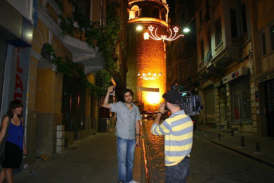 Klarinetten-Meister Serkan Cagri bestätigt das. Der prominente Musiker nippt an seinem kühlen Bier. Eben gab er einer Moderatorin vom türkischen Privatfernsehen ein Interview, um die Vorzüge Istanbuls als Kulturhauptstadt 2010 zu preisen. Foto: Robert Niedermeier