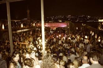 """Club Reina auf der asiatischen Seite vom Bosporus Eine Ebene weiter unten eröffnet sich unter freiem Himmel die Party-Arena des Diskogroßklubs """"Reina"""": amerikanischer Pop, tanzorientiert"""