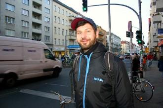 SchwuZ-Pressesprecher von der U-Bahn-Haltestelle Boddinstraße abgeholt. Foto: Robert Niedermeier
