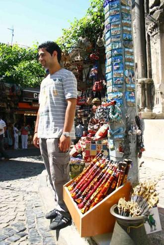 Tand-Verkäufer nahe dem Eingang zum  Kapalı Çarşı. Foto: Robert Niedermeier