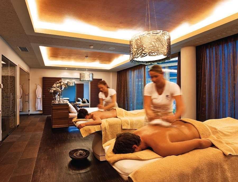 Energetische Massage-Session in der Puria-Suite. Foto: Travel Charme Iften Hotel Kleinwalsertal