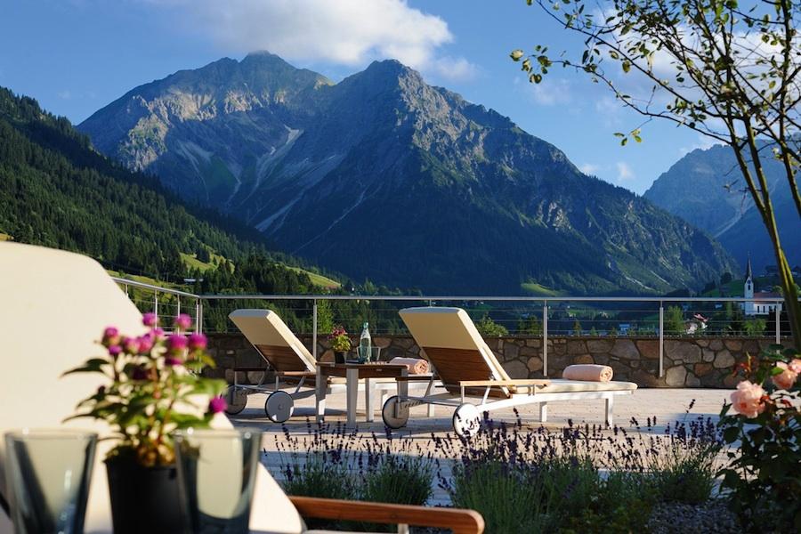 Terrasse vom Travel Charme Ifen Hotel in Hirschegg