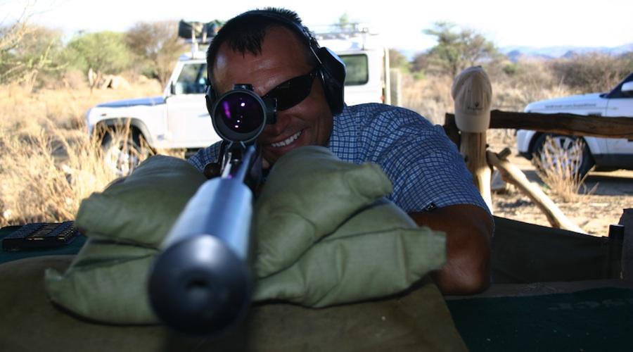 Carl posiert mit Blaser-Waffe, Foto: Robert Niedermeier