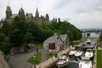 In Ottawa, Kanadas moderne Hauptstadt wirkt das prachtvolle, im neogotischen Baustil protzende Parlament als Publikumsmagnet.