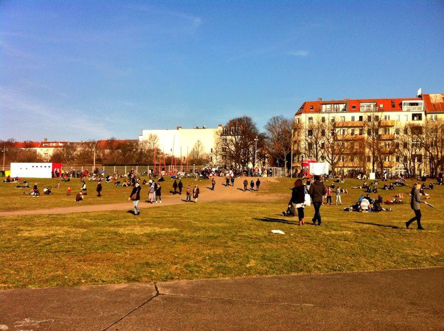 Blick vom Tempelhofer Feld auf den Schillerkiez.
