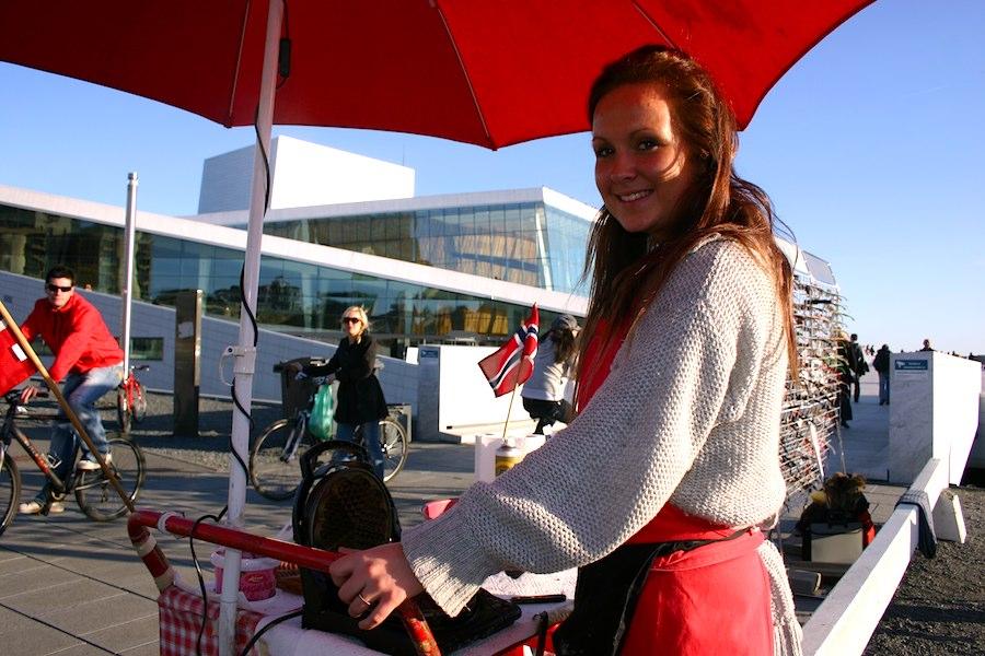 Maya verkauft Waffeln an der Neuen Oper