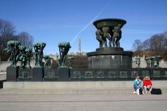 Vigeland-Skulpturen und junge Frauen im Park von Oslo