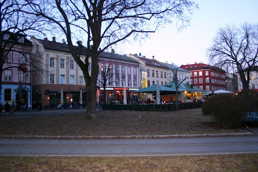 """Liberale Atmosphäre herrscht auch im Szenestadtteil Grünerløkka vor. Hipster-Jungs, Punk-Mädchen  und Anzugsträger bevölkern bei Sonnenschein die vielen Straßencafés entlang der Thorvald Meyers-Straße sowie am Birkenlunden- oder Olaf Ryes-Platz. Der Bezirk ist im Stile der """"Berliner Architektur"""" errichtet worden – zur Boomzeit der Industrialisierung im 19. Jahrhundert. Heute reihen sich hier avantgardistische Schuhläden neben für Osloer Verhältnisse preiswerten Restaurants aneinander – vom schicken Inder über die Pizzeria bis zur Döner-Bude. """"In den Pubs und Clubs feiern Lesben, Schwule und Heteros gemeinsam"""", bezeugt Ketil Randen, Redakteur beim Online-Magazin Gaysir. """"Klar gibt es noch explizite Gay-Lokale wie den`London Pub`oder das neue eröffnete `Ett Glass`"""", erzählt der 38-Jährige und empfiehlt für Frauen das 'SO' oder das gemischte `Elsker'. Besonders beliebt ist die Schwulenparty """"Fire"""" und wer ein ESC-Fan ist, der geht donnerstags in die `Brighton Lounge`. Hans Steiner kennt den Laden: """"Ich mag die Stimmung dort, nach dem kurzen Sommer, braucht man Orte, die kuschelig sind"""", grinst der Schiffsjunge und lugt zum Hünen herüber: """"Ich muss jetzt weiterarbeiten, sonst wird der Kapitän sauer."""""""