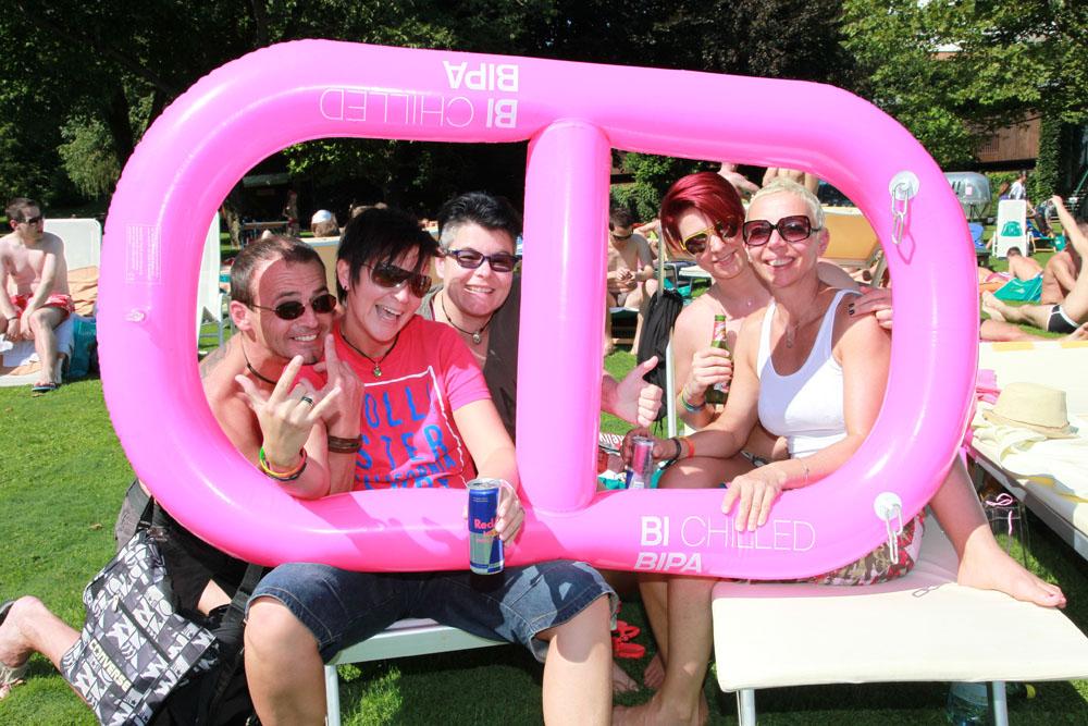 """Ein Schnaps am Wörthersee Von Jahr zu Jahr erfolgreicher hat sich das """"Pink Lake-Festival"""" etabliert. Internationale Vergleiche muss das lesbisch-schwule Fest in Velden am Wörthersee nicht scheuen. Beach- und Club-Partys, Entertainment-Shows und Badespaß - das alles lässt trotz Alpenpanorama eine Atmosphäre wie in Miami Beach aufkommen. Auch hier dominieren Schwule die erotisch durchaus aufgeladene Szenerie. Lesben sind in der Minderheit. Dafür laufen Drag-Queens in ihren aufregenden Outfits auf, knackige Männer lassen sich anschmachten und ihre Muskeln spielen. Anders als in Miami stehen europäische Gays natürlich auf Schnaps zum Bier statt Longdrinks, und stets werden Lederhosen gesichtet. Weltoffen wie Florida ist Österreich allemal, so unterstützt auch das offizielle Tourismusbüro Wörthersee das besucherträchtige Event nach Kräften. Und das erfolgreich: Am 28. August startet """"Pink Lake"""" bereits zum siebten Mal. Gefeiert, geflirtet und gesonnt wird bis zum 31. August. Und wie schreibt das Pink-Lake-Team so schön: """"See you am See"""" (www.pinklake.at)."""