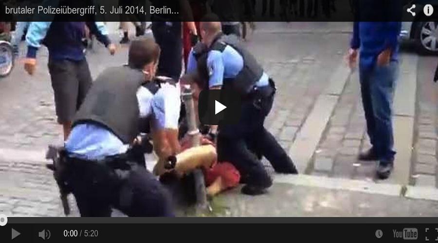 """Berlin: Polizisten foltern Görlitzer-Park-Besucher. So schmeckt der Sommer. Nach dem Vorfall meldete die Pressstelle der Polizei: """"Bei Angriffen aus einer Gruppe von etwa 60 Personen heraus wurden gestern Nachmittag sechs Polizisten verletzt."""" Im Video ist zu beobachten, wie es zu dem angeblichen """"Angriff"""" gekommen. Zu sehen ist auch, dass Mitmenschen versuchen, dem Unrecht Einhalt zu gebieten, welches sich vor ihren entsetzen Augen abspielt. Mit brachialer Gewalt wird ein erschrockener Passant zu Boden gerungen, und Foltermethoden von einer außer Kontrolle geratenen Horde Staatsbediensteter traktiert. Ob die Herren von der Polizei mit der Situation überfordert sind, mag sein. Zu entschuldigen ist die von den Uniformierten mutwillig herbei geführte Eskalation gegen Zivilisten keinesfalls. Diese krasse Form von Poizeigewalt Kommt sicherlich nicht gut bei potentiellen Berlin-Touristen an. Als Bürger Berlins schäme ich mich. Folter auf offener Straße in Kreuzberg. Was für eine Schande."""