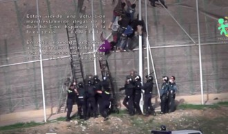 Flüchtlinge versuchen, über den Zaun zu klettern, der die EU-Grenze zwischen Spanien und Marokko markiert. Das Video wurde am 15. Oktober 2014 aufgenommen. Private Profi-Schläger und offizielle Beamte der militarisierten Guardia Civil gehen dabei mit brachialer Gewalt brutal gegen Flüchtlinge vor. Dutzende wurden schwer verletzt, fast alle werden, obwohl sie bereits europäischen Boden erreicht haben an die marokkanische Armee überführt. Im Video sehen wir die Ereignisse dieses Tages. Wir folgen einem der Opfer: Danny, aus Kamerun, ist etwa 23 Jahre alt, ob er noch lebt oder tot ist, weiß niemand. Geschlagen und malträtiert wird sein lebloser Körper fortgeschafft. Über 23.000 Menschen sind in den letzten Jahren beim Versuch, das abgeriegelte Territorium der Europäischen Union zu erreichen, ums Leben Leben gekommen. Sie ertrinken auf offener See, werden erschlagen oder zu Tode gefoltert. Das ist pure Barbarei, schieres Unrecht und blanke Gewalt gegen unsere Mitmenschen.