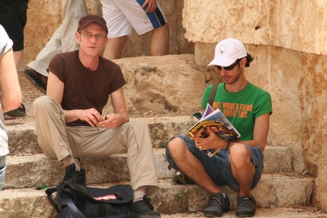 Reiserobby alias Robert Niedermeier (links im Bild) zusammen mit einem israelischen Begleiter in Jerusalem. Gegenüber der Klagemauer