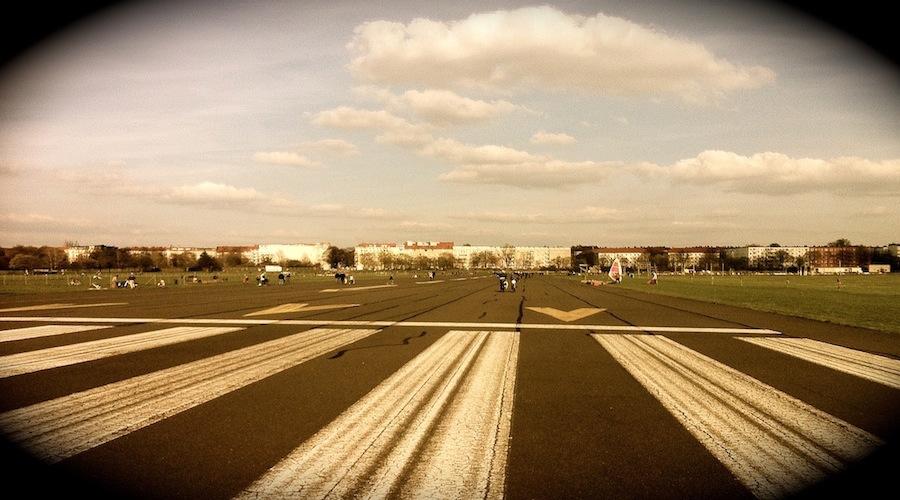 Unweit der Flüchtlingsunterkunft im Hangar des ehemaligen Flughafens Tempelhof mit Blick auf den Schiller-Kiez in Berlin-Neukölln