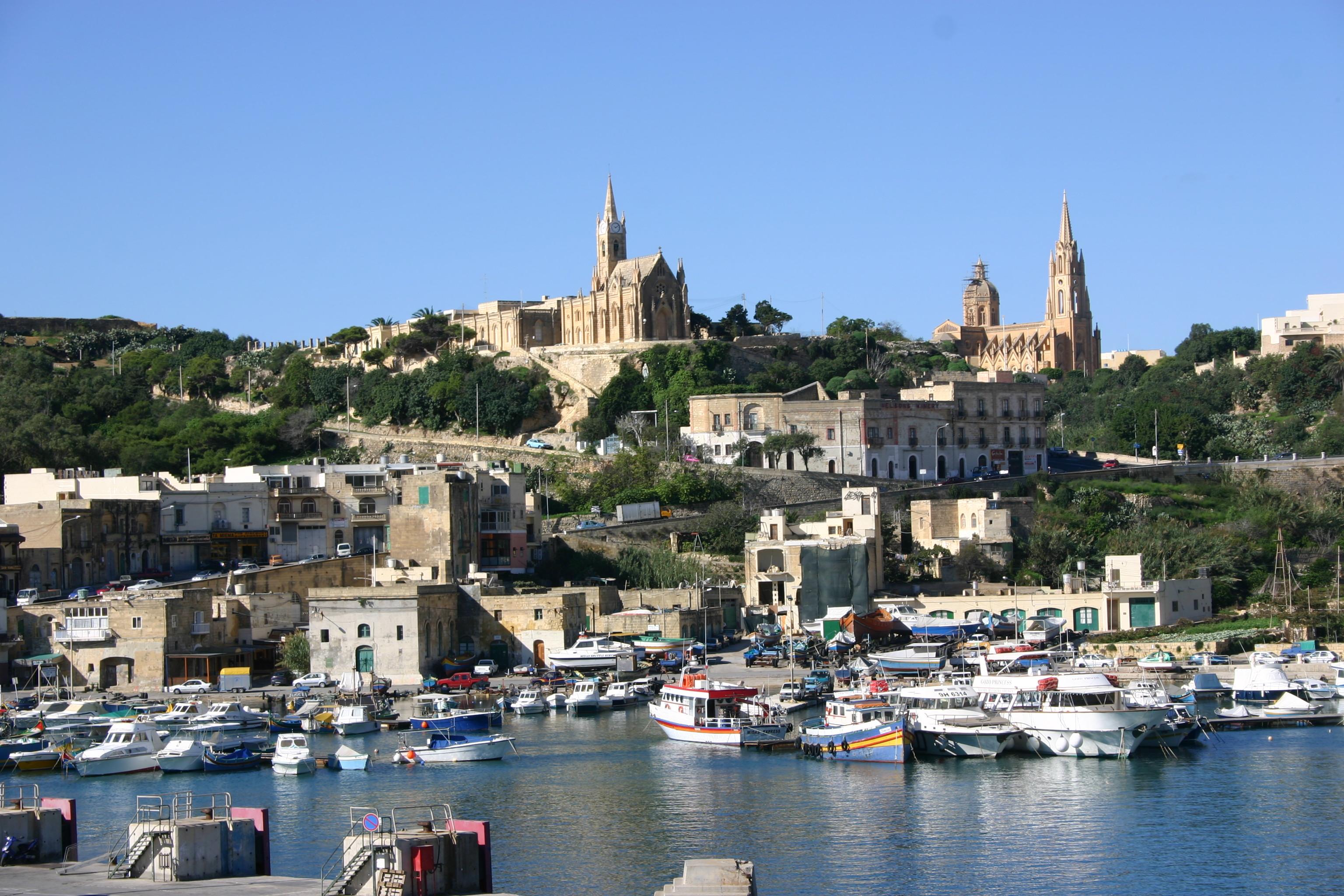 Hafeneinfahrt mit Fähre von Malta zur kleinen Nachbarinsel Gozo