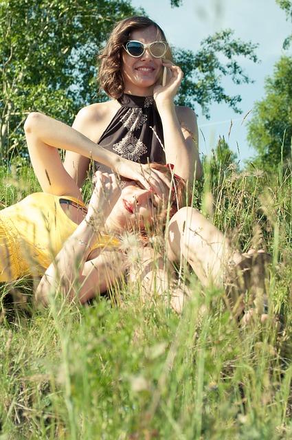 Frauenpaar in einer Blumenwiese: Quelle: https://pixabay.com/de/m%C3%A4dchen-sommer-sun-l%C3%A4chelt-freude-380619/