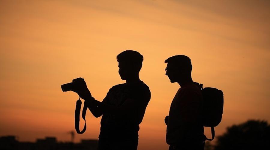 Sonnenuntergang, zwei Männer, Quelle: https://pixabay.com/de/sonnenuntergang-abend-himmel-bunte-1777352/
