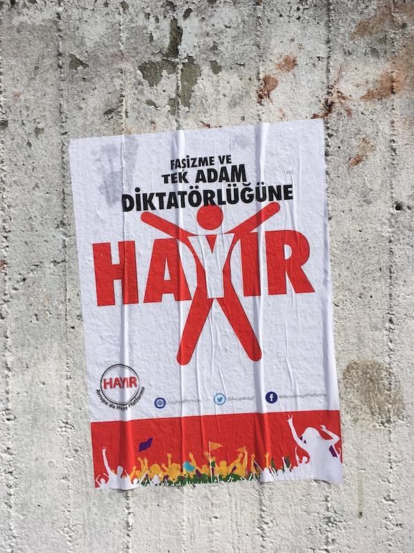 Anti-Referendum-Plakat im Rollbergkiez, Berlin-Neukölln