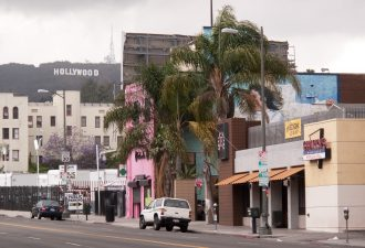 https://upload.wikimedia.org/wikipedia/commons/b/b6/Vine_Street%2C_Hollywood.jpg