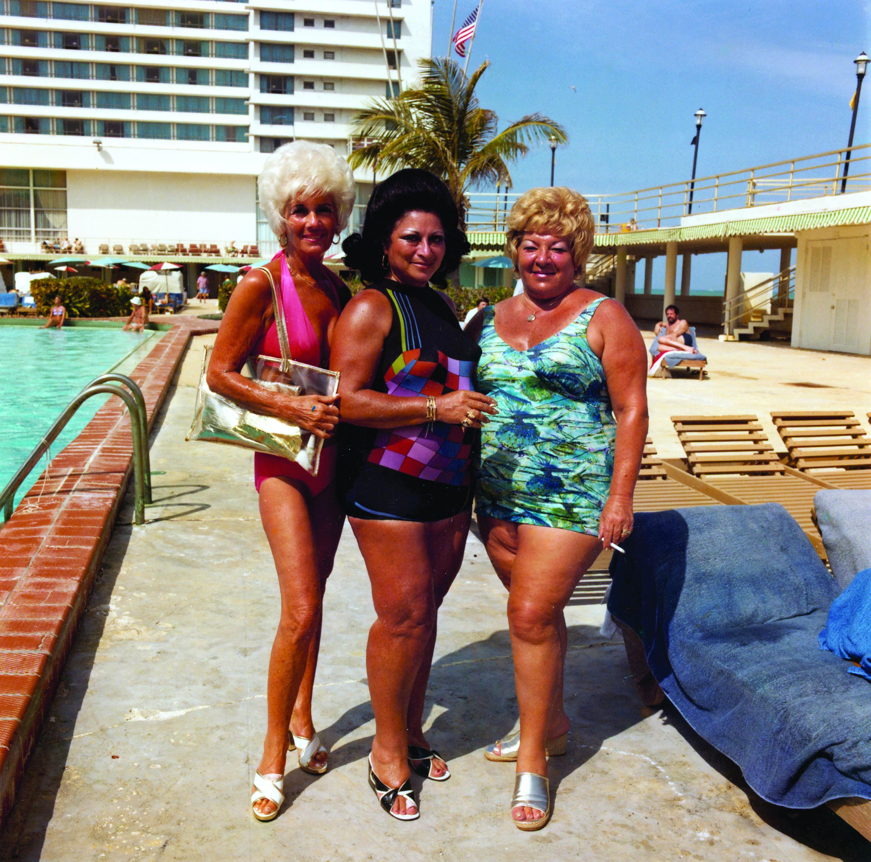 Flotter Dreier: Drei Damen in Wohnanlage in Miami Beach