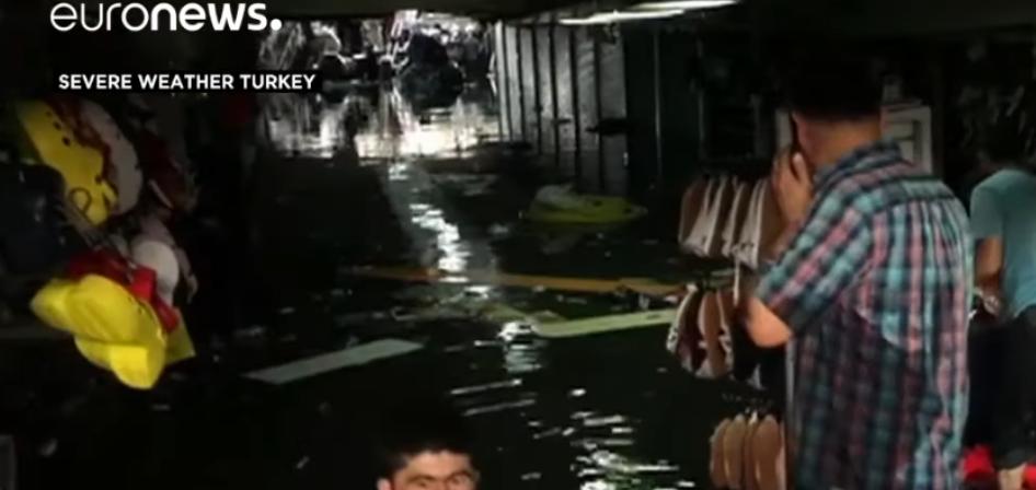 Euronews-Video vom 17.08.2019 zeigt Szenen aus Istanbul, wo Basare, Straßenunterführungen und Keller nach starken Regenfällen überflutet worden sind. Mindestens ein Menschenleben forderten die Fluten bislang. Helfer bargen im Viertel Unkapani einen ertrunken Mann in einer gefluteten Unterführung.