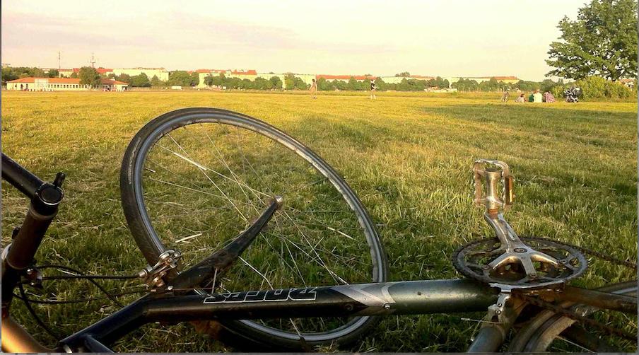 Fahrrad auf dem Tempelhofes Feld in Berlin