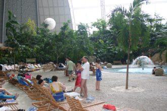 Leute aus dem Umland und von weit her entspannen wie im Urlaub om Tropical Island