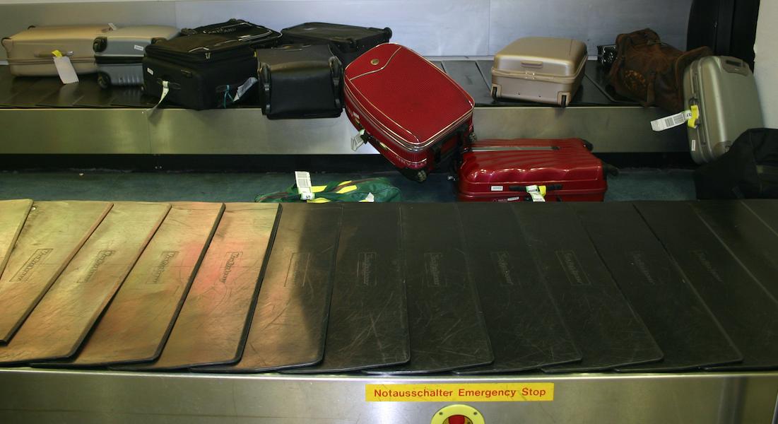 Gestaute Koffer auf Kofferband Flughafen Schoenefeld
