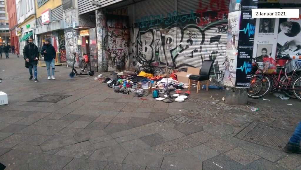 Müll oder Auslegware? Passanten sind irritiert.