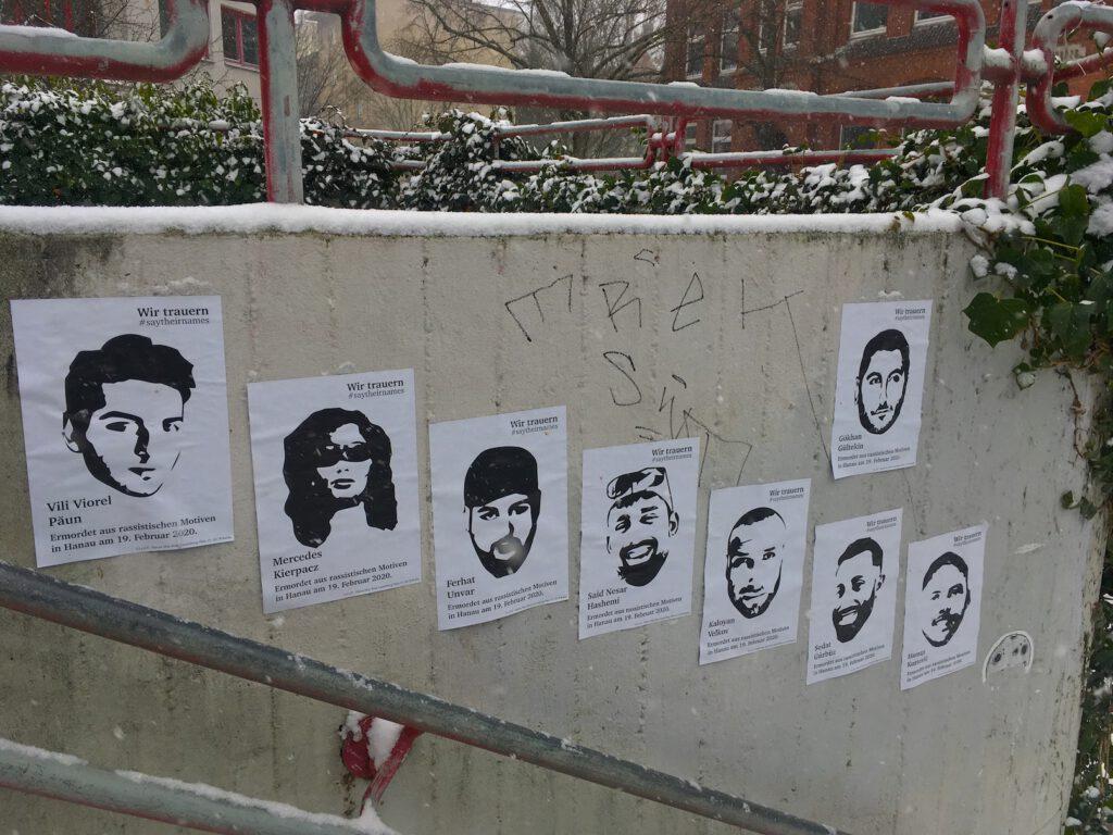 Trauer um Hanau-Plakate am Neuschnee-Tag