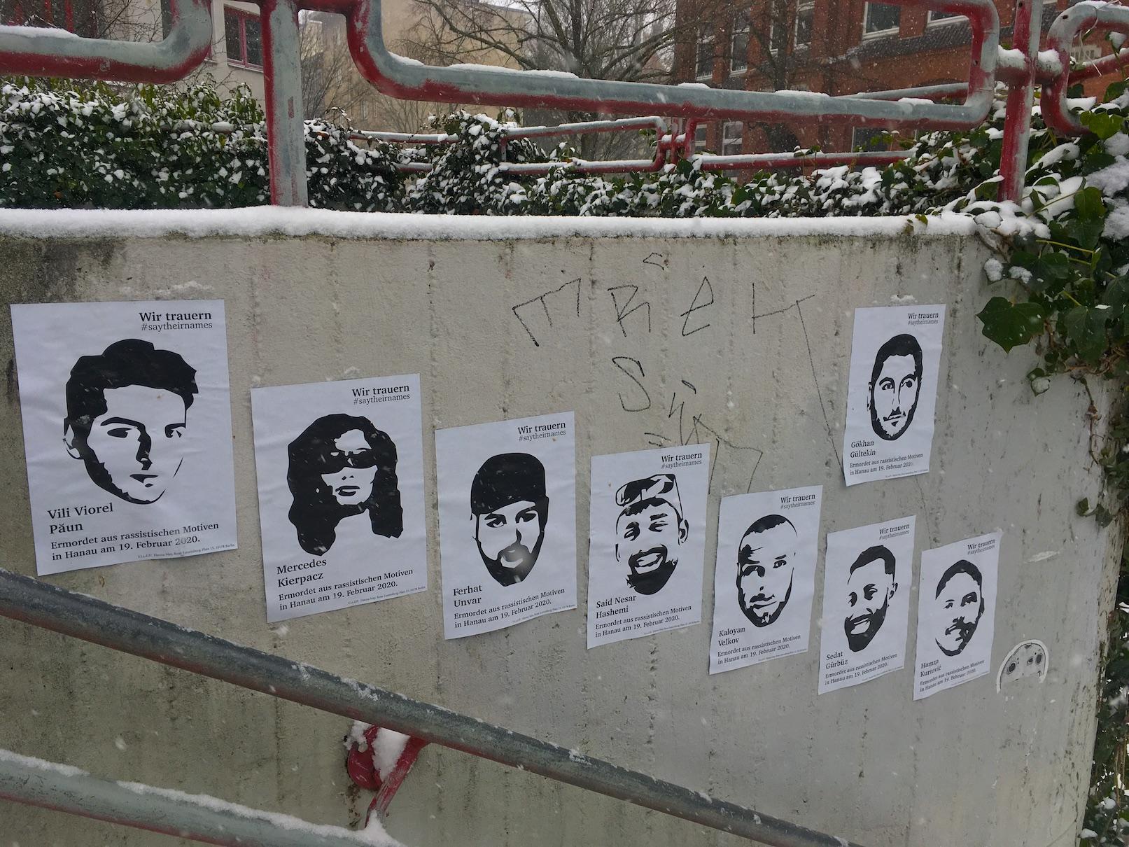 Trauer um Hanau-Plakate am Neuschnee-Tag vom 7. Februar 2021 zum Anschlag von Hanau am 19. Februar 2020