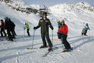 Ski-Urlauber mit einheimischer Schönheit auf der Giggijoch-Piste