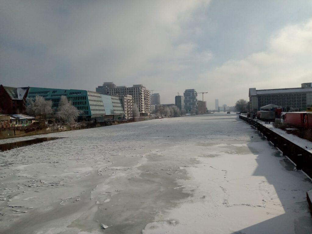Blick von Mitte über zugefrorene Spree nach Friedrichshain