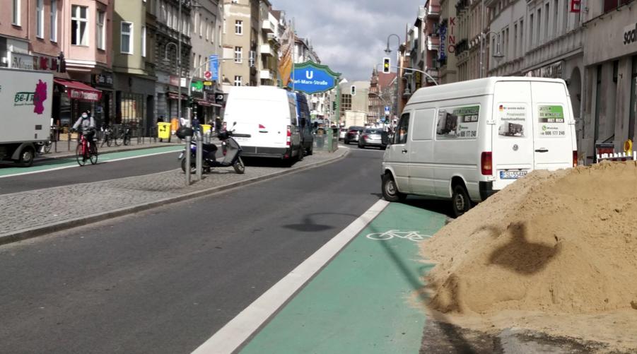 Zugeschüttete und zugeparkte Radwege auf der Karl-Marx-Straße...