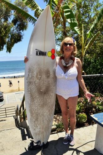 """Kathy Kohner-Zuckerman (""""Gidget""""), die erste bekannte Surferin der USA."""