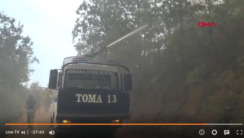 Türkische TOMa-Wasserwerfer der Polizei gegen die Flammen im Einsatz in der Nähe von Bodrum