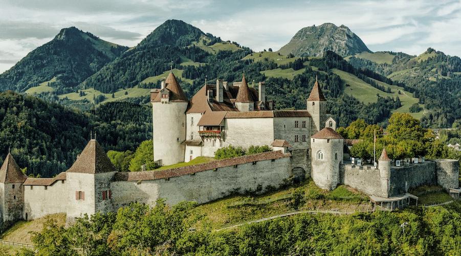 Das Schloss Greyerz bietet Mittelalter pur und einen wunderbaren Blick auf die Freiburger Voralpen (Copyright: Switzerland Tourism_Silvano Zeiter) FRI_ST296_SchlossGreyerz_Switzerland Tourism_Silvano Zeiter_.jpg
