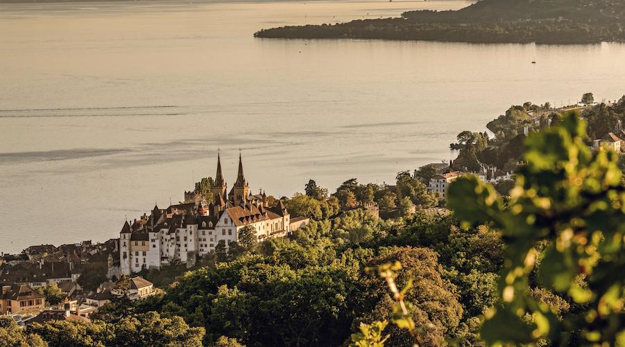 Blick vom Roches de l'Ermitage auf das Vallon de l'Ermitage, Neuenburg und den Neuenburgersee in der Abendstimmung. (Copyright: Switzerland Tourism / Rob Lewis)