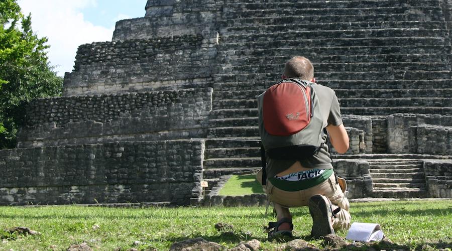 Männlicher Tourist in Yucatan fotografiert Maya-Pyramide