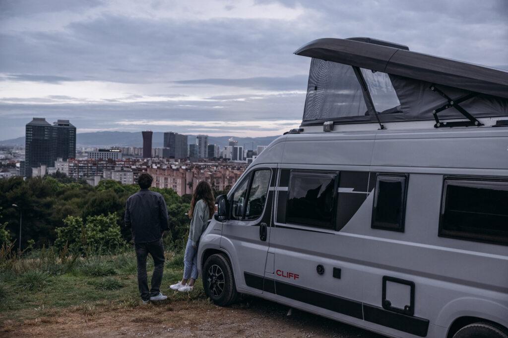 Ebenfalls gigantisch, aber mehr in der Breite und in Sachen Gästeaufkommen: Der Campingplatz Grav-Insel liegt auf der Rhein-Halbinsel Grav bei Wesel und ist eigentlich eine Camping-Stadt. Er zählt mit 2,1 Mio. Quadratmetern und über 2.000 Stellplätzen (für Dauercamper) und 500 weiteren (für Touristen) als größter Campingplatz Deutschlands. Da kommt echtes Metropolen-Feeling auf: Grav-Insel bietet Bootshafen, Streichelzoo, zahlreiche Geschäfte, zwei Restaurants und sogar ein eigenes Rettungszentrum mit Kranken- und Notarztwagen. Wer es abends noch krachen lassen möchte; der Platz hat sogar eine Diskothek für 2.500 Besucher.