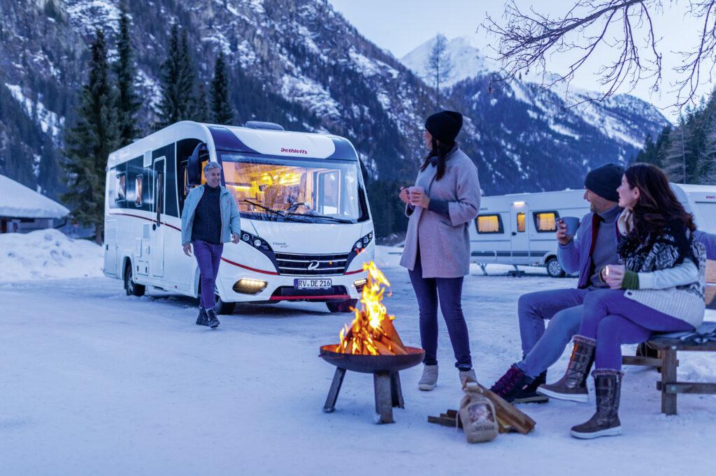 Extrem eisig: Cool beim Wintercamping im Salzburger Land Ohne Komfort war gestern: Campen im Winter in den österreichischen Alpen am Campingplatz Park Grubhof ist weniger Survival-Trip als Rundum-Wellness. Ob in der Sauna mit Panoramablick, im Sole-Dampfbad oder bei der Massage, hier wird den Gästen warm ums Herz. Richtig cool ist das Areal im Salzburger Land zum Winterwandern, Skilaufen und für zünftige Rodelpartien. Auf frostsichere Wasser- und Abwasseranschlüsse oder WLAN müssen die Gäste mit den Wohnmobilen auf den 180 Quadratmeter großen Stellplätzen trotzdem nicht verzichten. Wer es extra warm will: McRent bietet extra Fahrzeuge fürs Winter-Camping an. So lassen sich Après-Ski und Skipiste ganz bequem vereinen. Eindeutig: coole Sache!