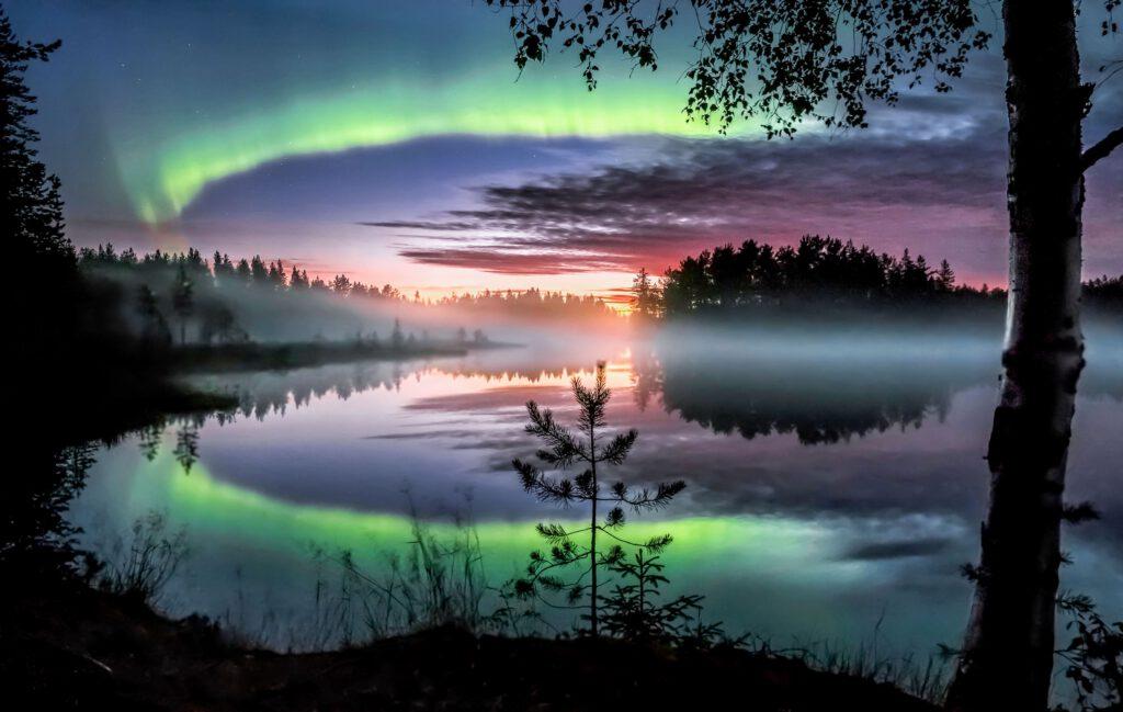 Polarlichter spiegeln sich in den Seen Finnlands wider