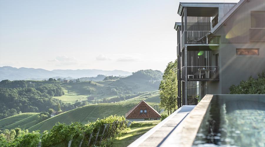 Der Gast hat die Qual der Wahl zwischen 4 reizvollen Lagen zu wählen. Die im Sommer 2018 eröffnete Adults Only Anlage Ciringa Stampfer liegt in Slowenien und besticht mit 360 Grad Ausblick auf die umliegenden Weinberge und infinity pool.