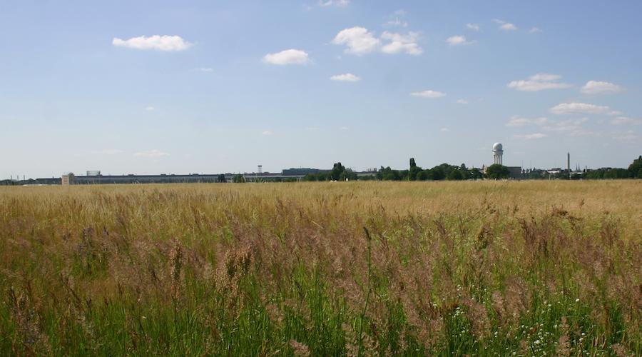 Stille über dem weiten Wiesenmeer des Tempelhofer Feldes