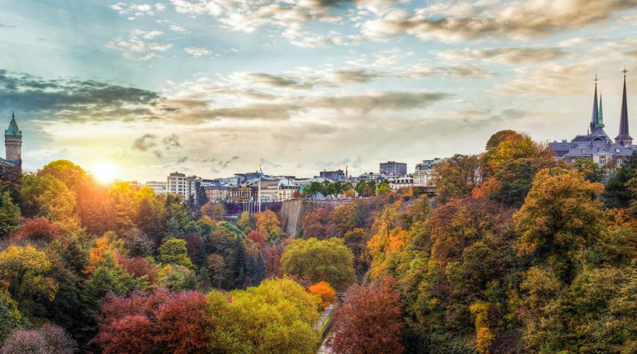 Ein City-Trip gen Luxemburg bietet viel Abwechslung auf wenig Raum. Die kleine Metropole Luxemburg bietet Besuchern internationales Flair mit einer Extraportion Charme. Das Großherzog Luxemburg liegt im Herzen Europas und bietet viele Trümpfe für einen City-Trip. Außerdem ist alles fußläufig erreichbar. Wer es gemütlicher wünscht, nimmt den kostenlosen ÖPNV.